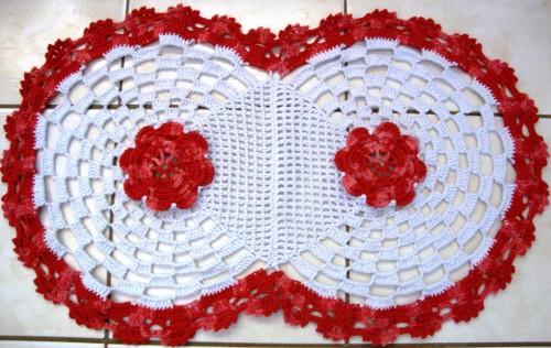 fazendo belíssimos tapetes, além de outras coisas de crochê