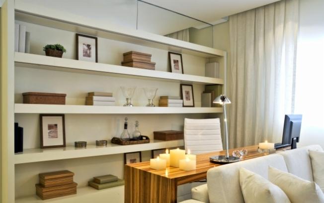 Estantes para sala fotos modelos simples e modernas for Sala de estar pequena con escritorio