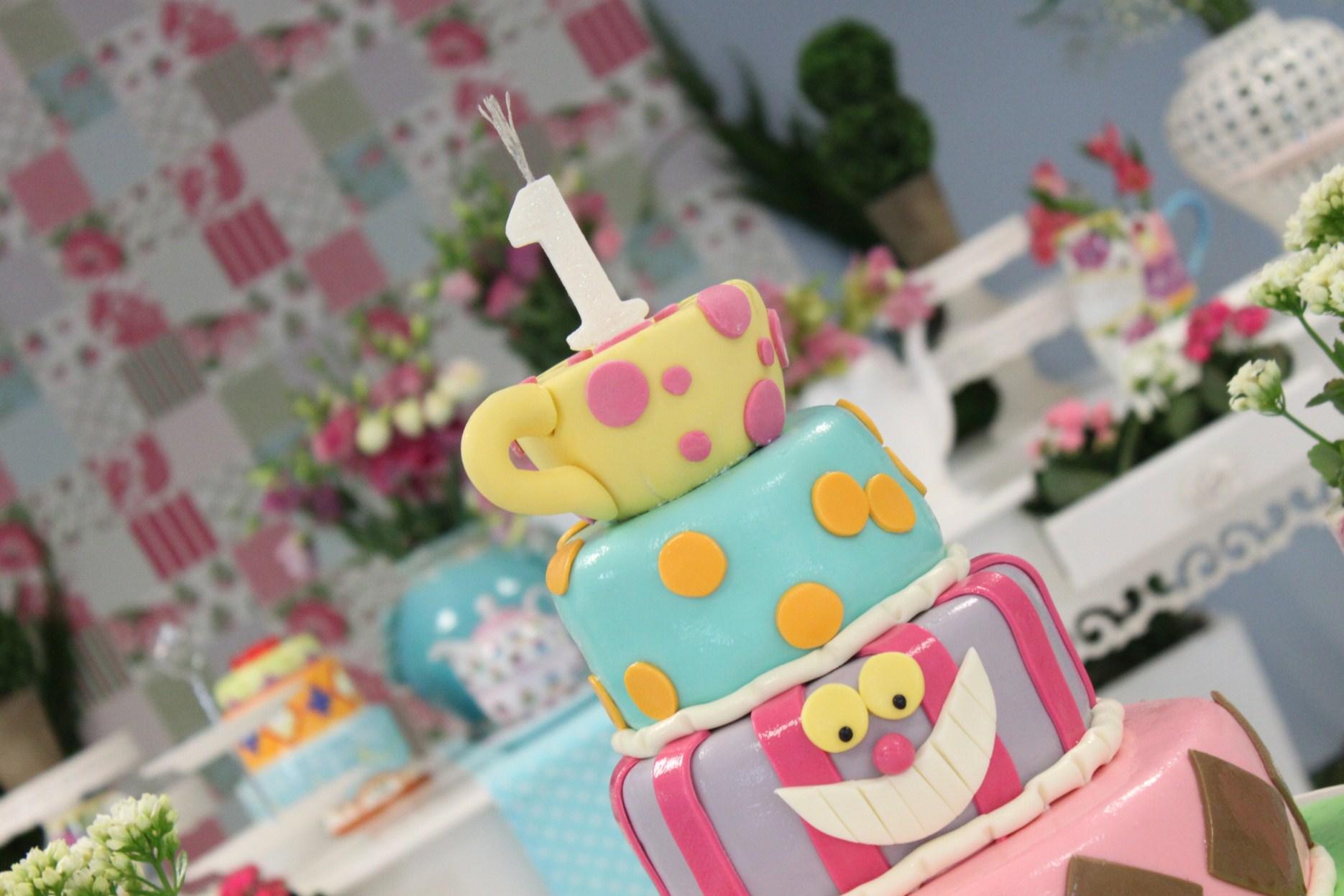 como decorar um aniversário com tema Alice no País das maravilhas