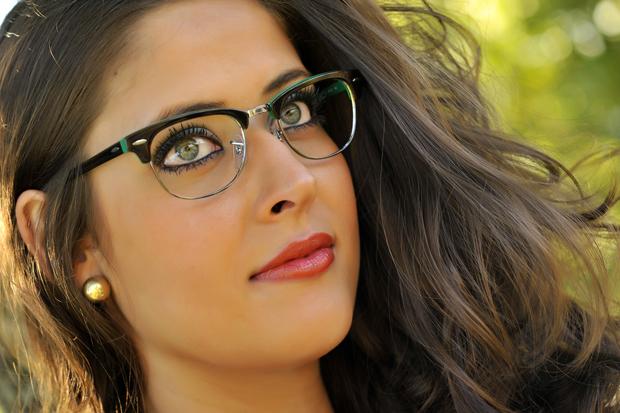 3bd308f68 ... uma boa a dica é se inspirar nas celebridades como a Xuxa, Larissa  Manoela e MC Gui que vira e mexe aparecem com óculos de grau super  estilosos.