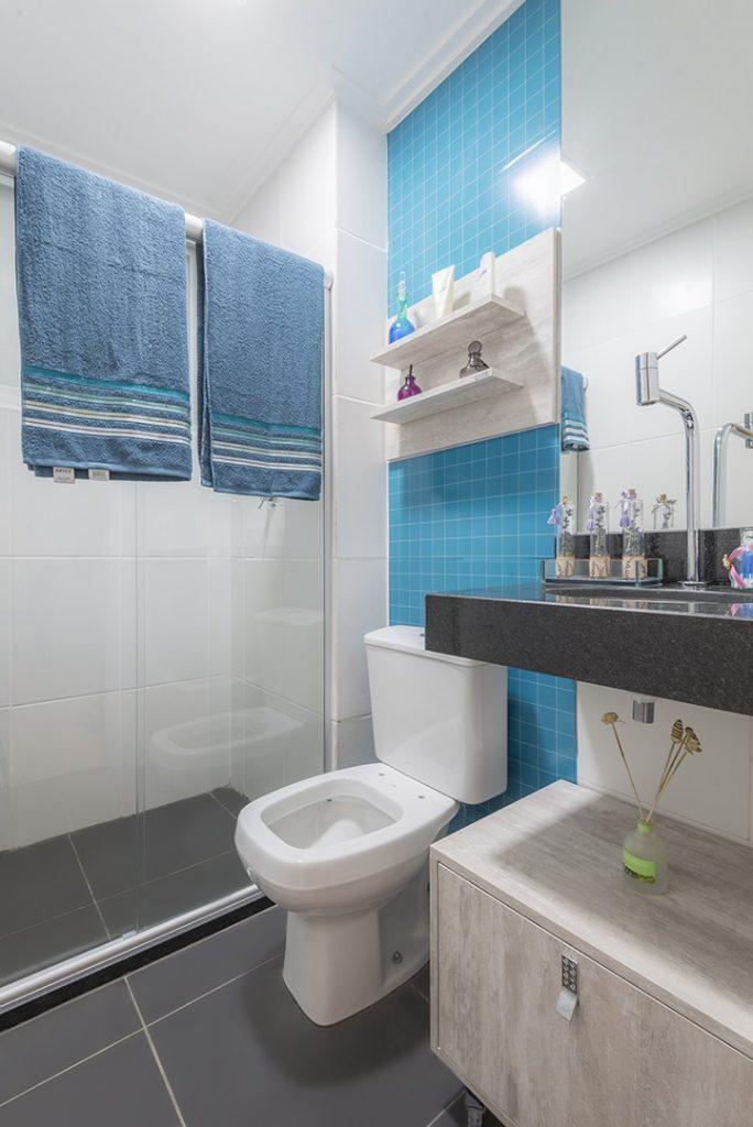 banheiros coloridos branco-azul