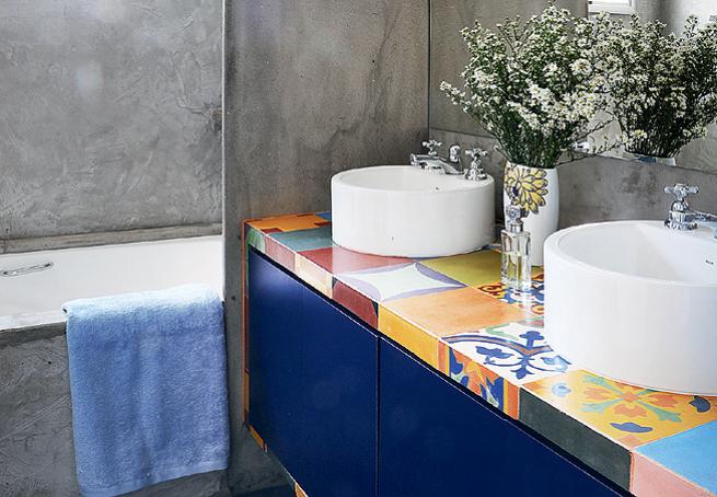 banheiros coloridos com flores
